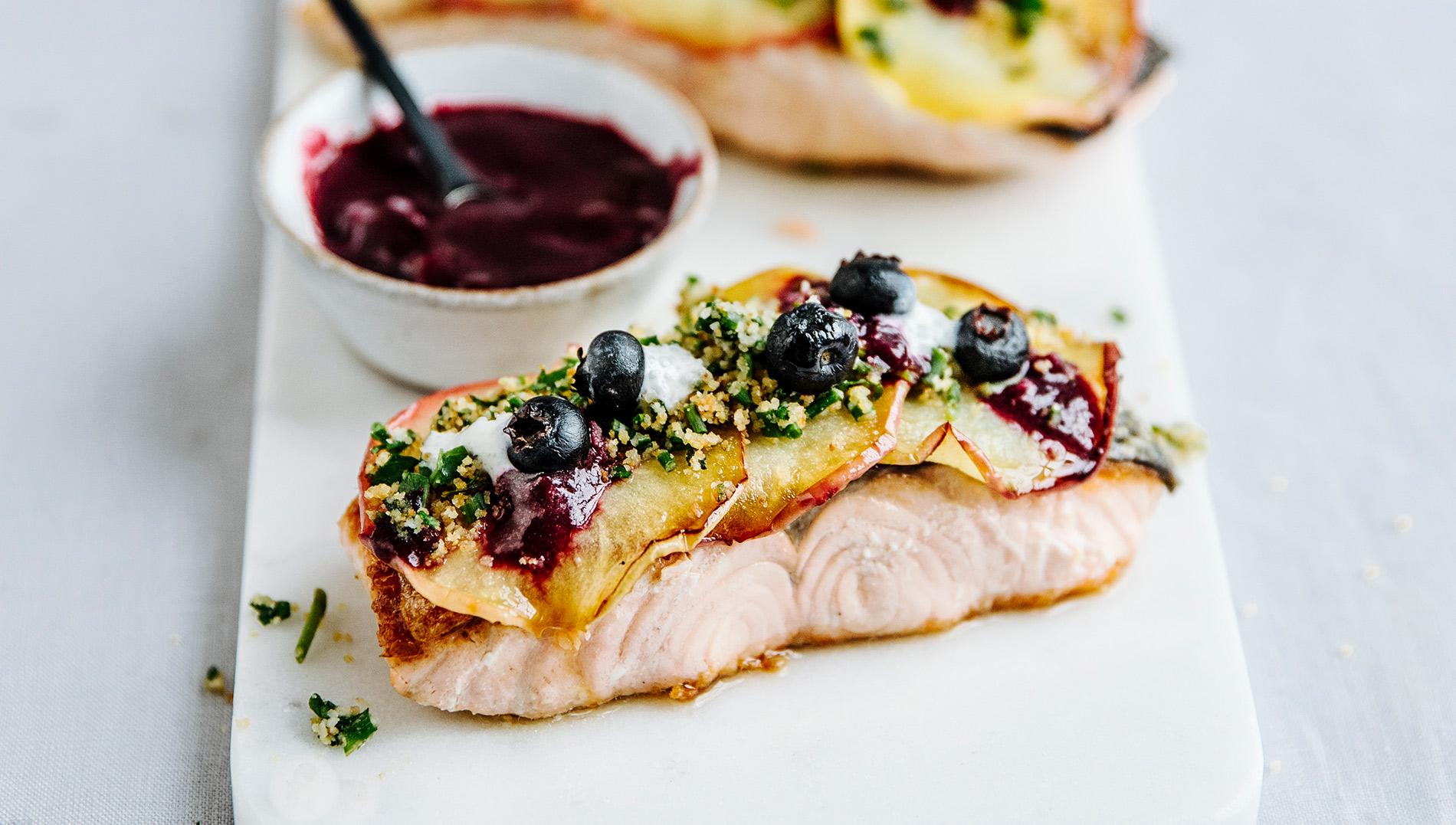 FINESSE, Gourmet, Food, Magazin, Rezepte, Fisch, Apfelglück, Lachsfilet, Blaubeeren, Kräutertopping