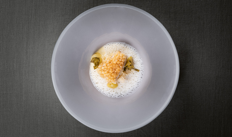 FINESSE, Magazin, Food, Rezepte, Food, Gourmet, Backen, Andreas Caminada, Pure Freude, Zander, Brotkruste, Sauerkraut, Weinsauce