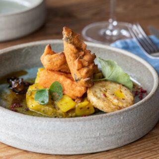 Ein neues Rezept ist online! ❗🤤 Wiebke und Ulf aus dem @restaurant_kaalia haben dieses fantastische Kartoffel Bhaji mit Wassermelone, Fisch und Ei im Rahmen der Kooperation mit @farmtotable_de gezaubert. Sieht nicht nur toll aus, schmeckt auch so! Probiert es selbst aus – ist gar nicht so schwer! Das Rezept gibt es jetzt auf www.finesse-magazin.de/rezepte  #finessemagazin #kaalia #farmtotablede  #exklusiverezepte #gourmetrezepte #rezepteaushamburg